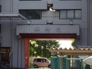 都営白鬚東アパートの水神門