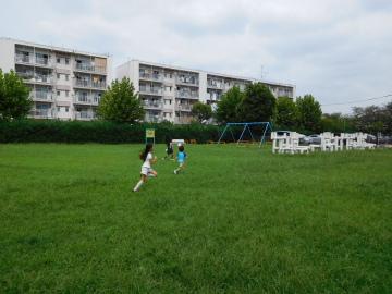 多摩川住宅 二号棟の公園を駆ける子供たち