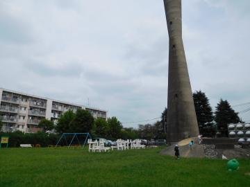 多摩川住宅 二号棟の公園と給水塔