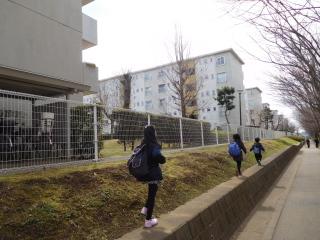 湖北台団地を歩く子供たち