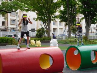 公園で遊ぶ3姉弟