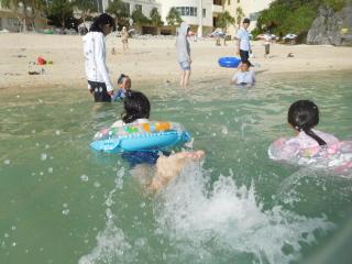 ホテルのビーチで泳ぐ