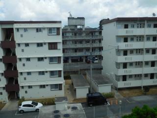 小禄住宅1号棟と2号棟の間